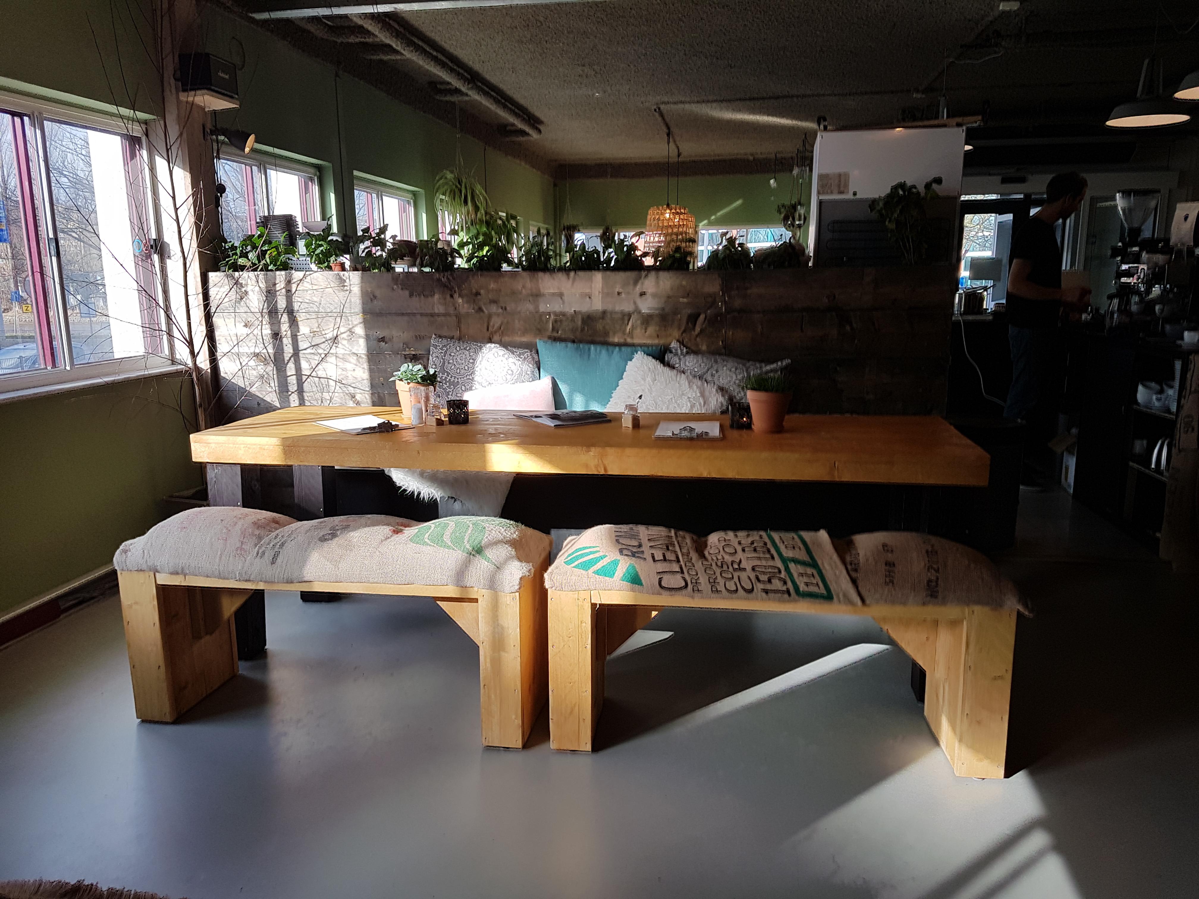 Tafel en banken voor lunchruimte bedrijfsverzamelgebouw